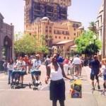 Jengo la nyuma yangu ni jengo la my favourate ride ndani ya Disneyland California Hollywood Hotel, inatisha lakini inapendeza.