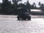 Gari la Sunrise Resort ambalo linakuja chukua wageni kutoka kwenye boat