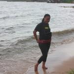 Tina akiwa ziwani. Ni mara yake ya kwanza kukanyaga maji ya Lake Victoria