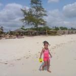Malaika akifurahia beach Kipepeo