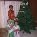 Sasa tunamsaidia mama kuweka mapambo. 1st Dec