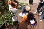 Amani akiwashangaa dada yake Malaika na cousin wake Amanda wakitengeneza pumpkin